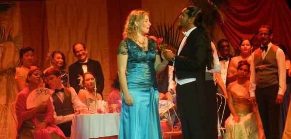 Carl Zellers Der Vogelhändler mit Katrin Caine, Jean-Michel Ringadoo und dem Chor von Opera Mauritius.